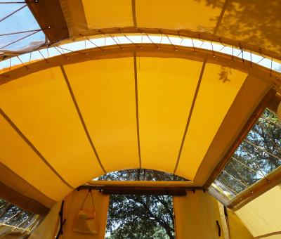 Instalación de Orugami en un jardín